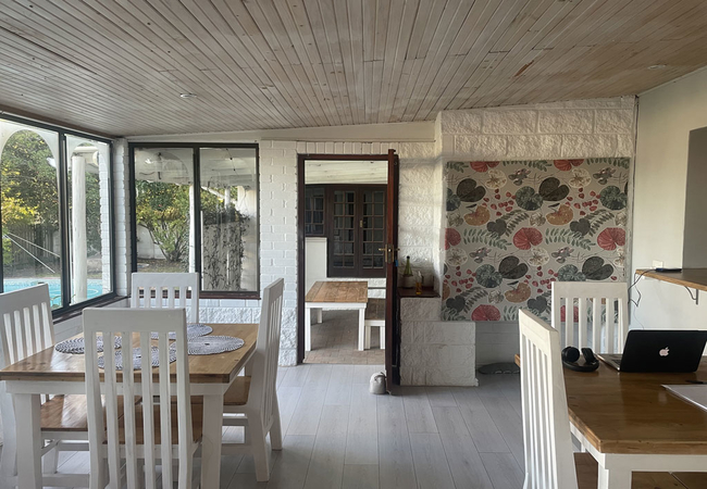 breakfast /dining area
