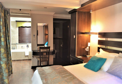 Room 4 - De Lux King Suite