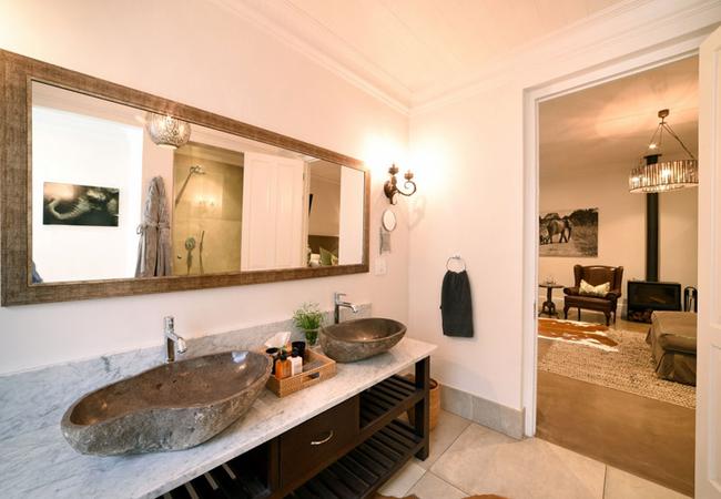 Superior Deluxe Rooms - Ndlovu bathroom