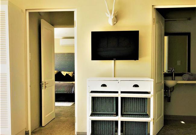 Adjoining door to Bontebok Suite