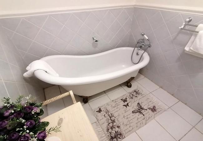 M Luxury Room (Bath Only)