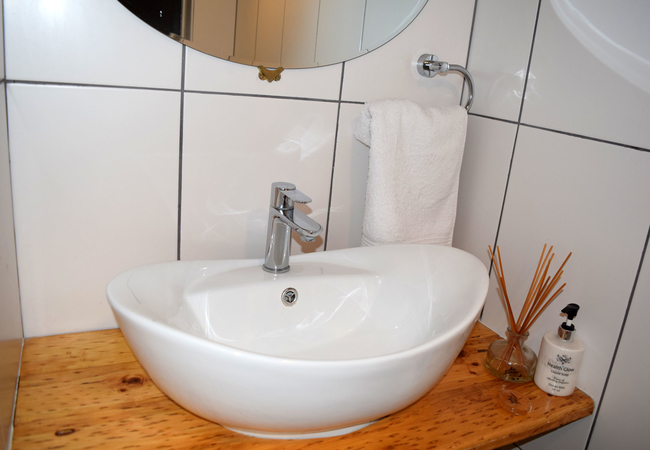 1A Seaview bathroom