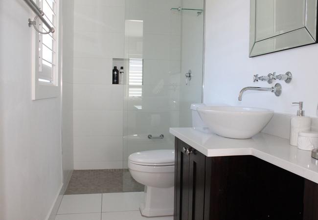 Deluxe Bathroom Room 6
