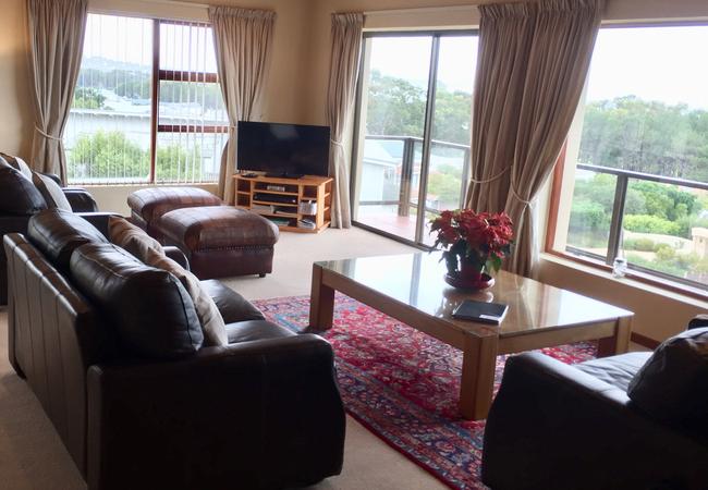 Upper level lounge