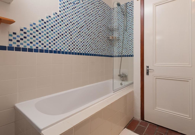2 Bedroom Cottage (with bath)