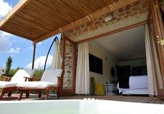 Luxury Queen Honeymoon Suite