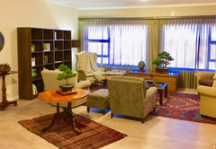 Lounge / library area