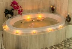 suite room bath tub