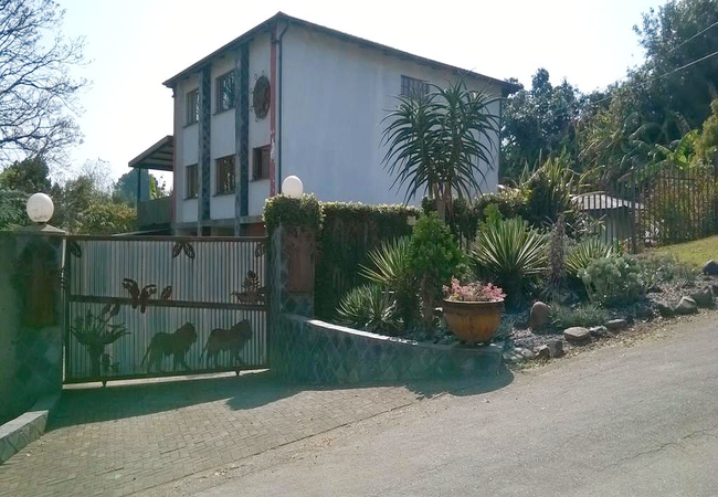 Villa Volante from road.