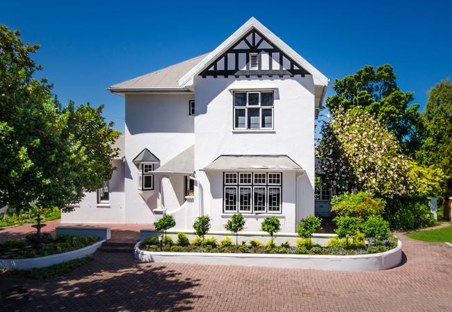 Whispering Oaks Guest House