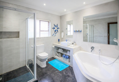 Family cottage - Shark bedroom en-suite bathroom with bathtub and shower