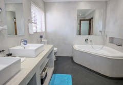 Family cottage - Whale bedroom en-suite bathroom with a bathtub, double basin and shower